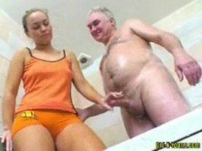 Novinha transando com velho no vídeo porno