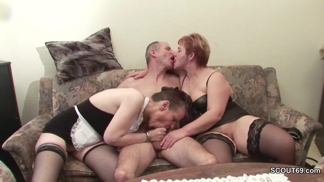 Homem casado fazendo suruba com esposa e amiga