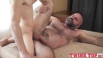 Porno gay dando pro melhor amigo do filho