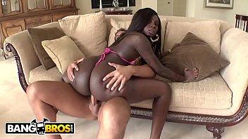 gostosa de vestido curto negra rabuda fazendo um bom filme porno
