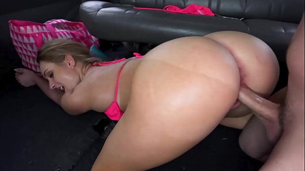 Bangbros sexo gostoso no carro com loira cuzuda