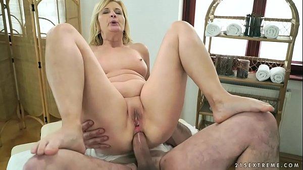 Coroa rabuda fazendo sexo anal no pelo